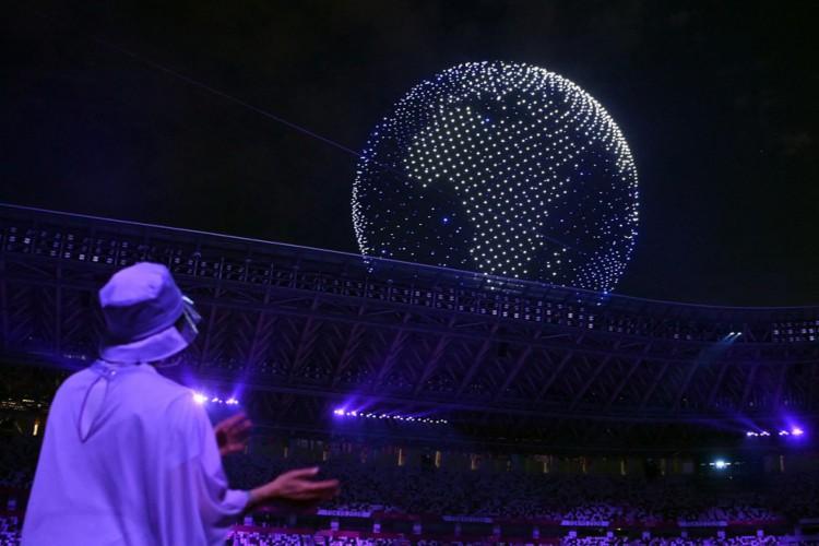 Com globo iluminado, show de drones repercute na cerimônia de abertura dos Jogos Olímpicos de Tóquio (Foto: Foto: Andrej Isakovic/AFP)