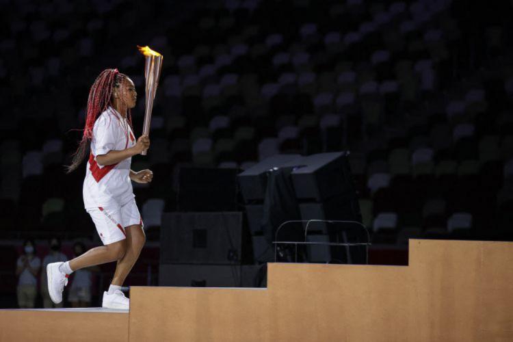 Tenista Naomi Osaka acende pira olímpica na abertura dos Jogos Olímpicos (Foto: HANNAH MCKAY / POOL / AFP)