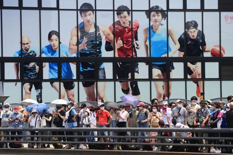 População de Tóquio vive expectativa pela cerimônia de abertura das Olimpíadas 2021; você pode assistir ao vivo pela TV ou acompanhar online pela cobertura do O POVO em rede social   (Foto: Philip FONG / AFP)