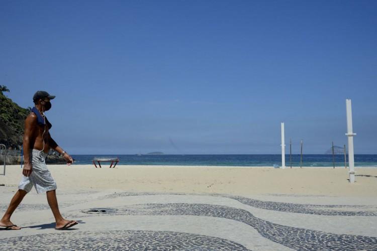 Praia do Leme, na zona sul da cidade. Rio fica com as praias vazias neste sábado(20), após decreto com restrições para evitar o avanço da Covid-19. (Foto: Tânia Rêgo/Agência Brasil)