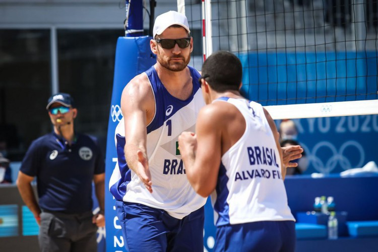 Olimpíada: Alison e Álvaro Filho vencem na estreia no vôlei de praia (Foto: )