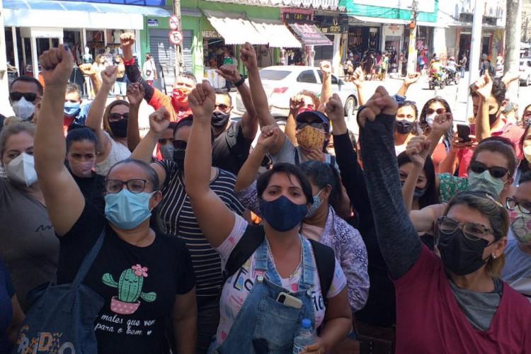 Manifestação reuniu profissionais da educação em frente ao Paço Municipal (Foto: Reprodução Whatsapp)