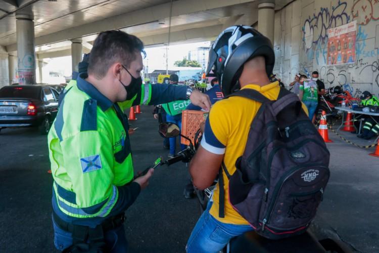 Os agentes de trânsito orientaram sobre uso inadequado do capacete e a combinação de álcool e direção  (Foto: Bárbara Moira)