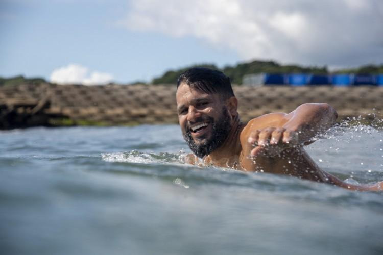 O brasileiro Ítalo Ferreira rema durante um treino livre na Praia de Surf de Tsurigasaki, em Chiba, no dia 23 de julho de 2021 durante os Jogos Olímpicos de Tóquio 2020  (Foto: Olivier Morin / Pool / AFP)