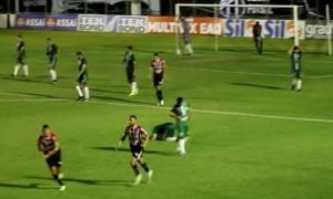 Gol contra, nos acréscimos, salva Ferrão da derrota