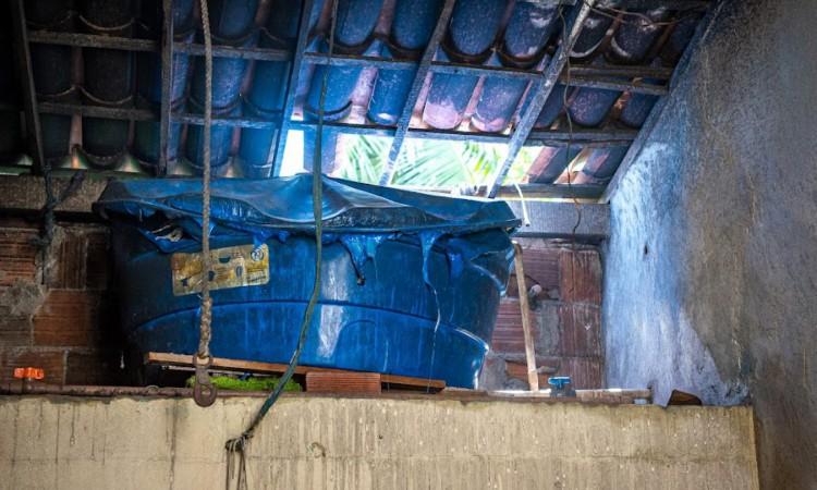 O fogo se alastrou para duas residências adjacentes, atingindo o teto do banheiro de uma delas.