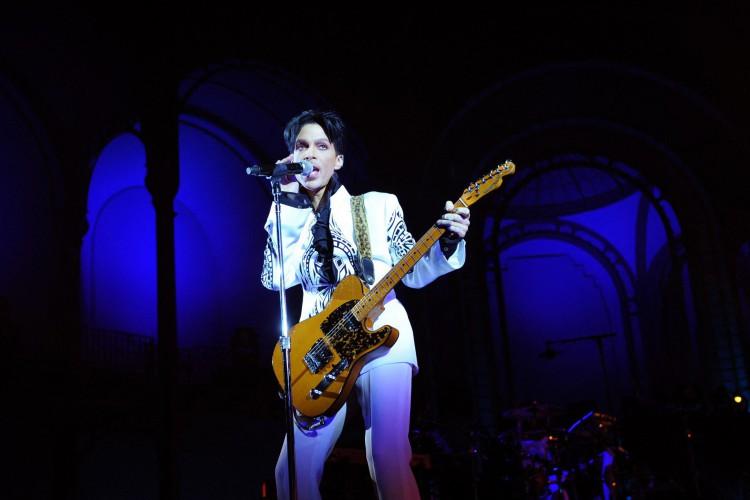 Nesta foto de arquivo tirada em 11 de outubro de 2009, o cantor americano Prince se apresenta no Grand Palais em Paris. (Foto: Bertrand GUAY / GETTY IMAGES NORTH AMERICA / AFP)
