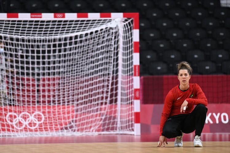 Goleira do Brasil Barbara observa durante a partida de handebol do grupo B da fase preliminar feminina entre o Comitê Olímpico Russo e o Brasil em Tóquio 2020 (Foto: Daniel LEAL-OLIVAS / AFP)