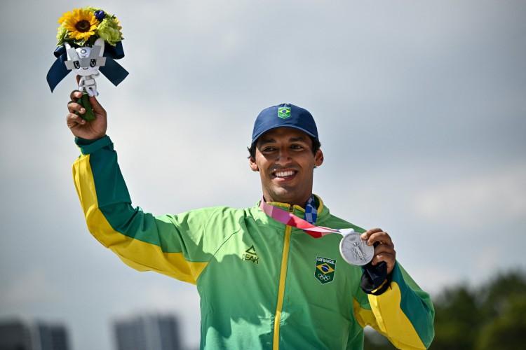 Kelvin Hoefler garantiu a prata para o Brasil na madrugada deste domingo, 25, no skate street (Foto: Jeff Pachoud / AFP)