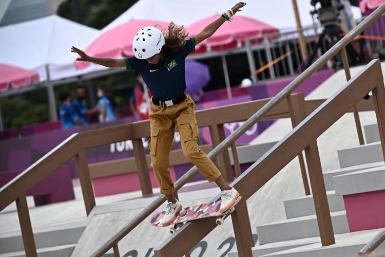 A brasileira Rayssa Leal compete no skate street durante os Jogos Olímpicos de Tóquio 2020 (Foto: Jeff PACHOUD / AFP)