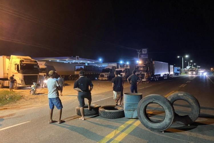 CAMINHONEIROS colocaram pneus na rodovia para parar caminhões (Foto: Blog do Farias Júnior)