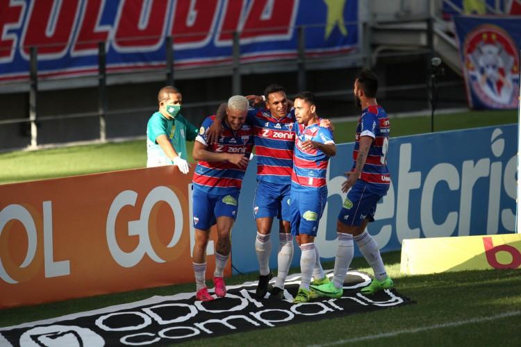 Jogadores do Fortaleza comemoram gol do atacante Robson na vitória sobre o RB Bragantino (Foto: FABIO LIMA)