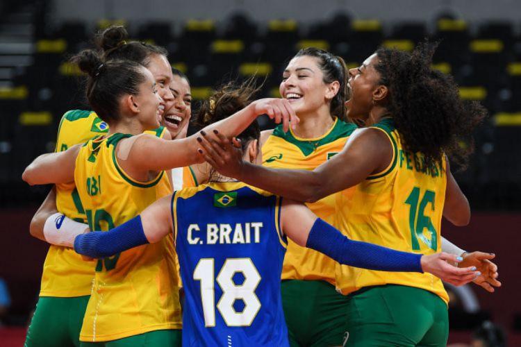 Time feminino do Brasil estreia com vitória no vôlei de quadra (Foto: Yuri Cortez / AFP)
