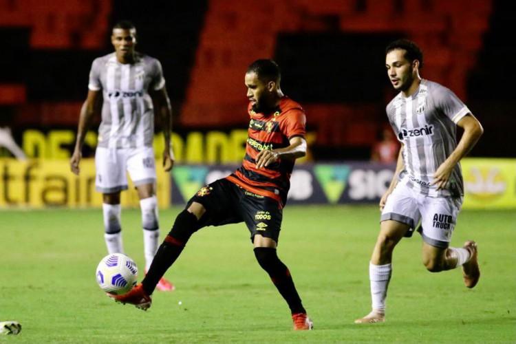 Volante Pedro Naressi marca atacante Everaldo no jogo Sport x Ceará, na Ilha do Retiro, em Recife, pela Série A (Foto: Anderson Stevens/Sport Recife)