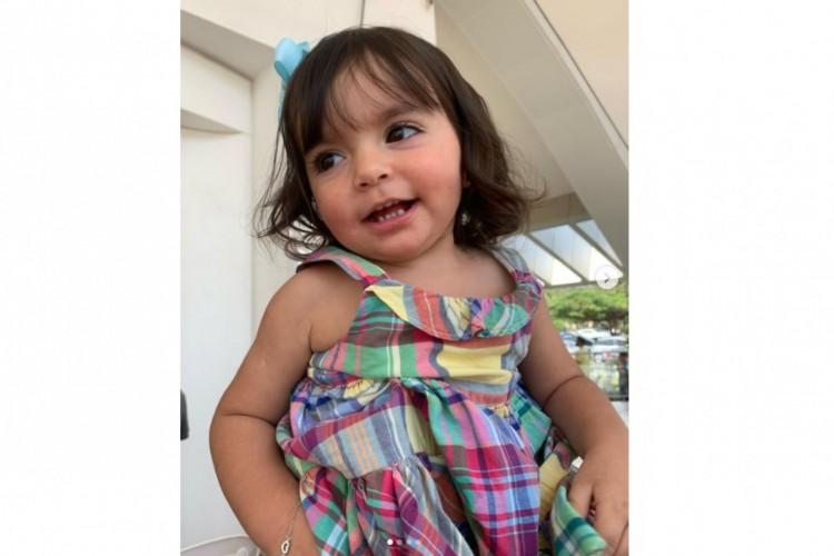 Kyara Lis, de quase dois anos, conseguiu dar os primeiros passos depois de tratamento com remédio de custo milionário. (Foto: Reprodução/Instagram)
