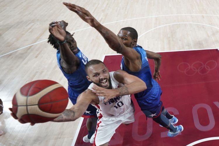 EUA, de Kevin Durant, perdeu para a França na estreia em Tóquio (Foto: Eric GAY / various sources / AFP)