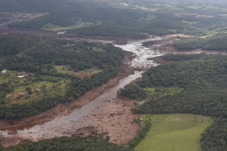 O Presidente da República, Jair Bolsonaro, durante sobrevoo da  região atingida pelo rompimento da barragem Mina Córrego do Feijão, em Brumadinho/MG.. (Foto: Isac Nóbrega/PR)