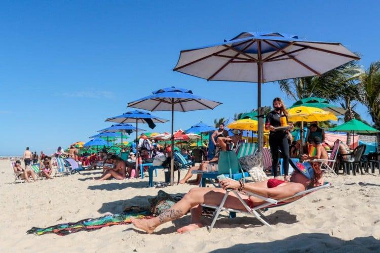Praia do Futuro registra grande movimentação neste último domingo de julho (Foto: Barbara Moira/O POVO)