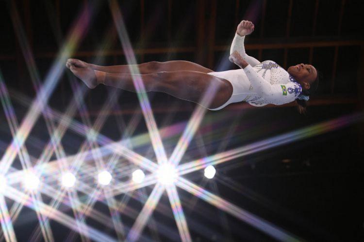 Rebeca Andrade brilhou nas apresentações classificatórias da Olimpíada de Tóquio (Foto: Lionel BONAVENTURE / AFP)