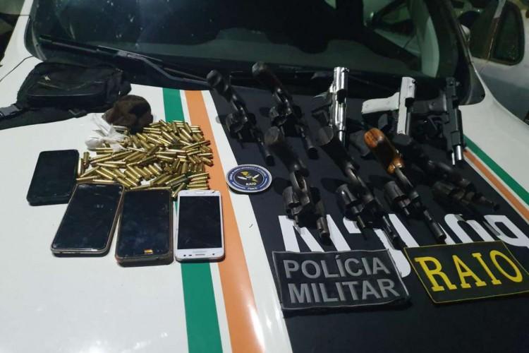 Grupo de oito homens presos em Uruburetama estava com armas, munições e celulares.  (Foto: Divulgação/SSPDS)