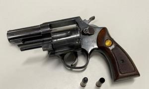 Coletiva da Polícia Civil sobre a prisão de suspeitos de homicídio na Comunidade Rosalina; arma apreendida durante a ação