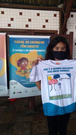 Vitória Kethelyn Gomes, 9 anos, exibe camiseta produzida na oficina Caminhos Lúdicos do Grande Mucuripe. (Foto: Divulgação/Instituto da Infância)