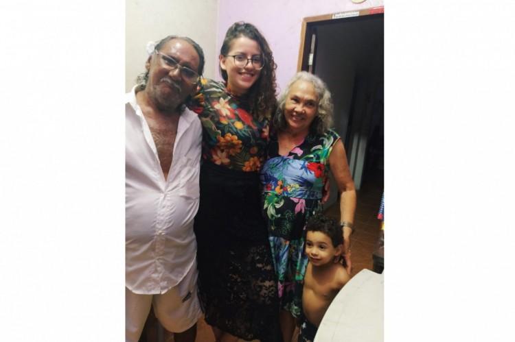 Karyne Lane, 24, (ao centro) relembra com carinho do avô Valdir Mota de Oliveira, vítima da Covid-19 aos 75 anos (à esquerda). (Foto: Acervo Pessoal)
