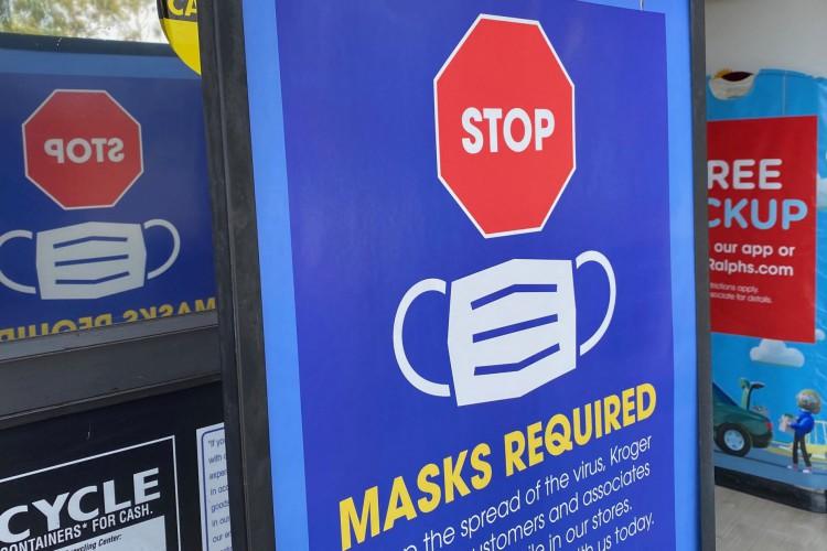 Entrada de uma loja dizendo às pessoas para não entrarem sem máscara em Los Angeles em 23 de julho de 2021      Caption (Foto: Chris Delmas / AFP)
