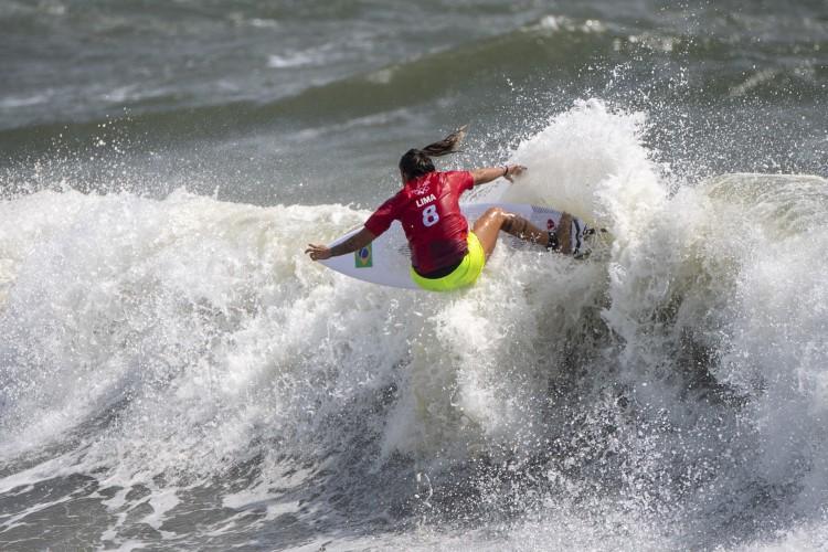 Representante de Paracuru, Ceará, em Tóquio, Silvana enfrentou nas quartas de final Carissa Moore, dos Estados Unidos, considerada uma das melhores do mundo (Foto: Olivier Morin / AFP)
