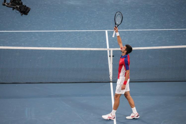 Novak Djokovic da Sérvia comemora após derrotar o alemão Jan-Lennard Struff durante a partida de tênis da segunda rodada dos Jogos Olímpicos de Tóquio 2020 no Ariake Tennis Park. (Foto: Giuseppe CACACE / AFP)