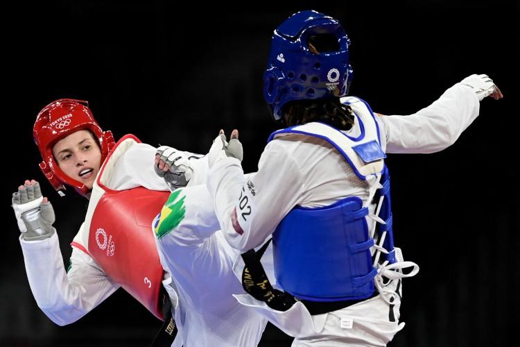 Ruth Gbagbi (Azul) da Costa do Marfim e Milena Titoneli (Vermelho) do Brasil competiram para a medalha de bronze de até 67kg feminino no taekwondo.  (Foto: Javier SORIANO / AFP)