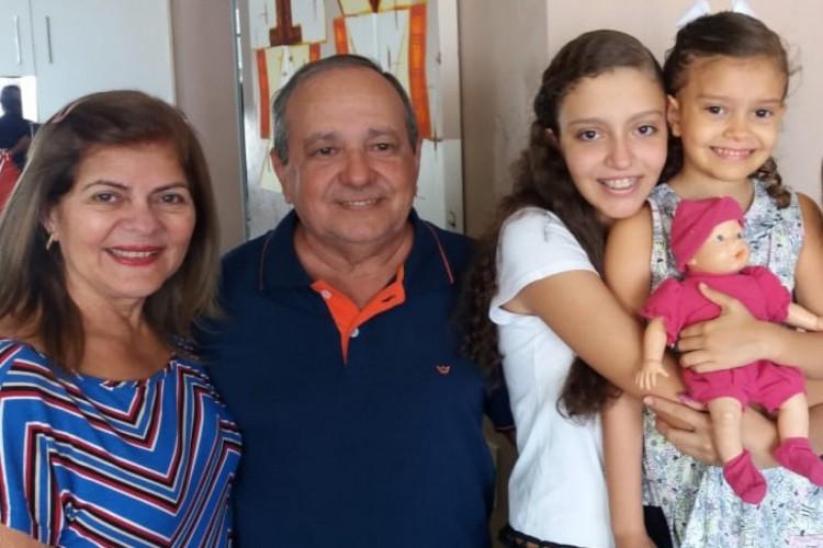 Marlene Monteiro da Costeira Pereira, 71, e Francisco Antônio Gonçalves Pereira, 74 anos, com as netas Mariana e Sofia, atualmente com 15 e 7 anos. Foto antes da pandemia.  (Foto: Acervo Pessoal)