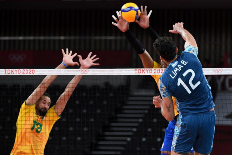 Brasil e Argentina se enfrentaram na segunda rodada do vôlei masculino em Tóquio (Foto: Yuri Cortez / AFP)