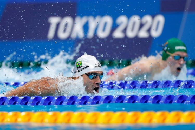 O brasileiro Leonardo de Deus fez o segundo melhor tempo das semifinais dos 200 metros borboleta e está na decisão desta modalidade da natação nas Olimpíadas de Tóquio (Foto: Divulgação/CBDA)