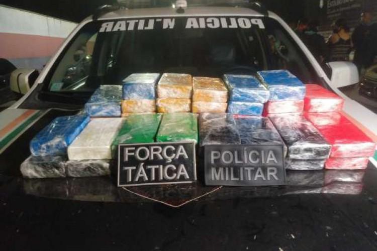 Tabletes de pasta base de cocaína apreendidos pela PM em Caucaia nesta segunda-feira,26 (Foto: divulgação/PMCE)