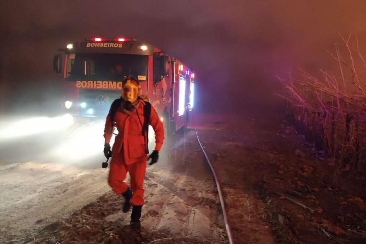 Incêndio foi debelado na madrugada de sábado , 24, em Independência, no Interior do Estado (Foto: Foto: Corpo de Bombeiros Militar do Ceará (CBMCE))