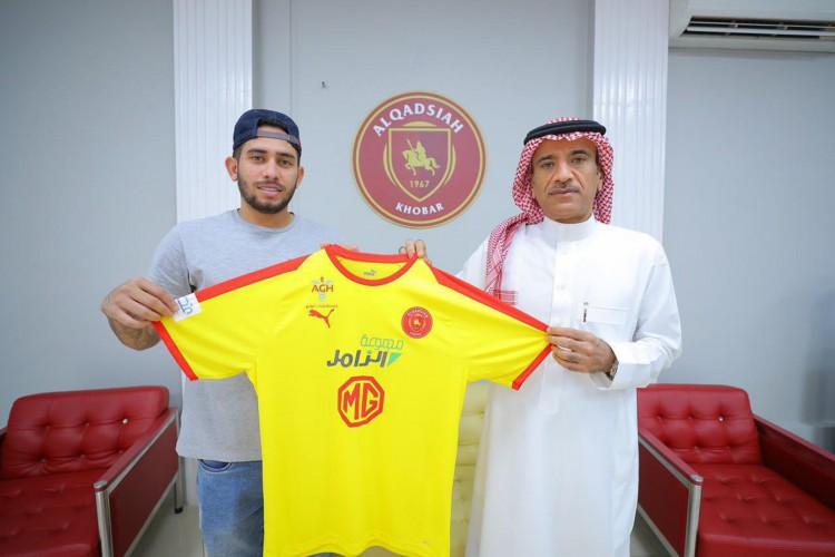Leandro Carvalho recebendo a camisa do Al Qadisiyah, da Arábia Saudita (Foto: Divulgação)