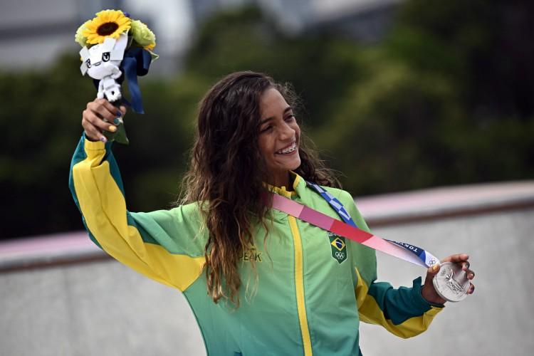 A brasileira Rayssa Leal posa com sua medalha de prata durante a cerimônia do pódio da final do skate feminino de rua das Olimpíadas de Tóquio 2020 (Foto: JEFF PACHOUD / AFP)