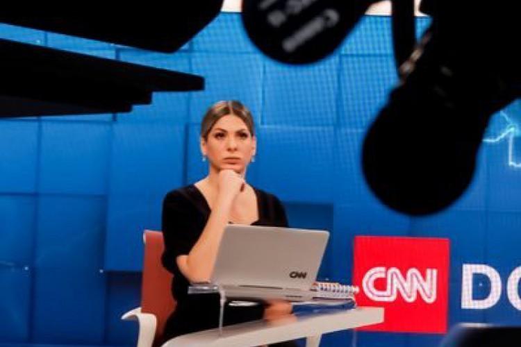A jornalista Daniela Lima, âncora da CNN Brasil, falou ao vivo sobre os ataques sofridos por ela nas redes sociais. (Foto: Reprodução/Twitter )