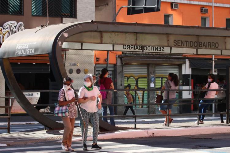 Pedestresutilizam máscaras de proteção contra covid-19 na rua da Consolação (Foto: Rovena Rosa/Agência Brasil)