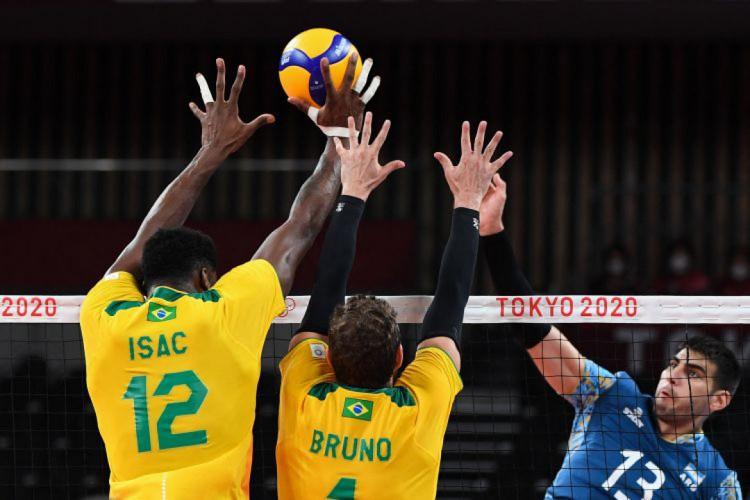 Brasil e Argentina se enfrentaram pela segunda rodada do vôlei masculino em Tóquio (Foto: YURI CORTEZ / AFP)
