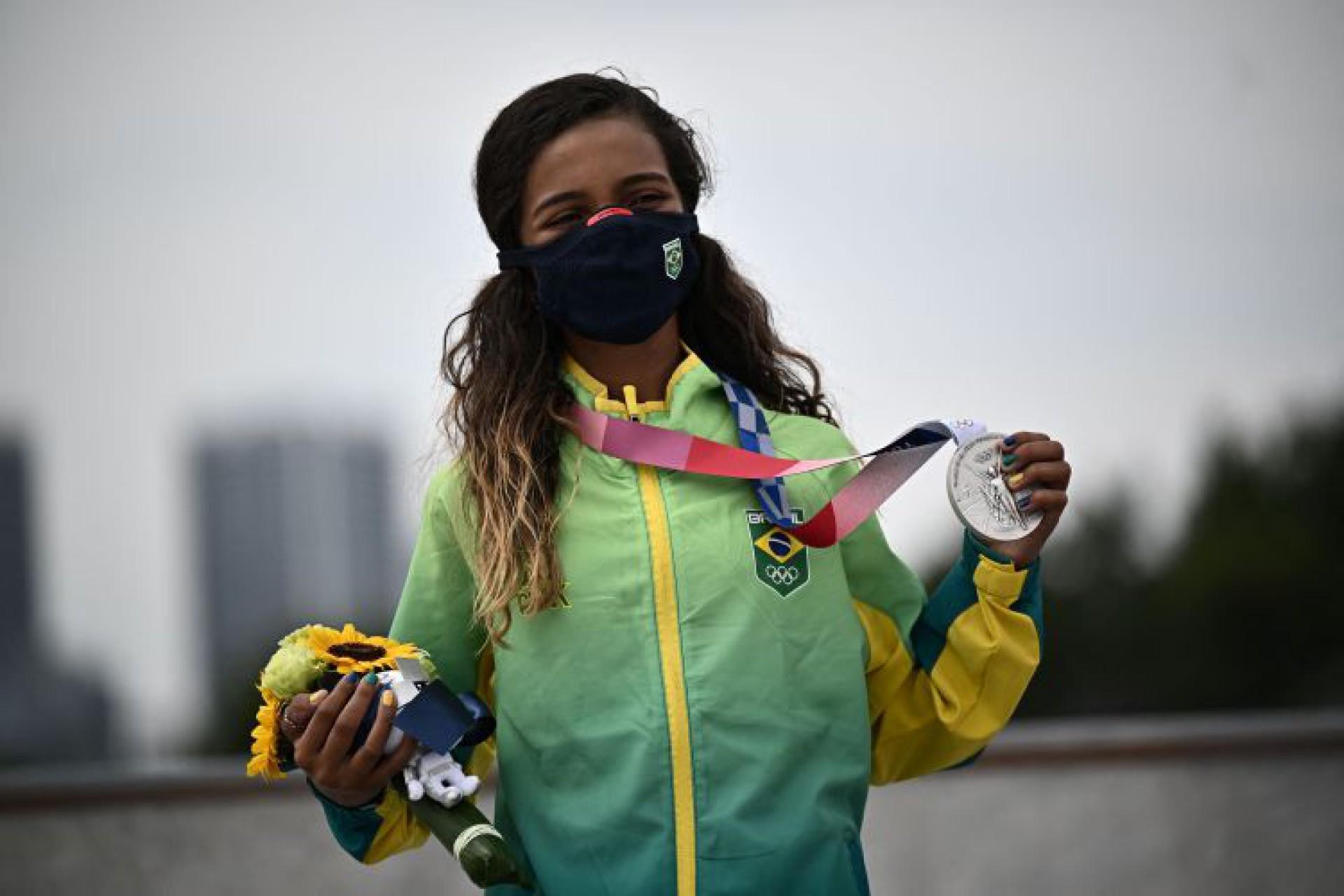 Rayssa Leal exibe medalha de prata (Foto: Jeff PACHOUD / AFP)