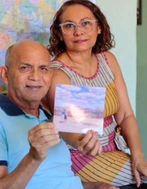 Dona Liduina e Seu José, cearenses aposentados, estão juntos há 28 anos e viajam todo ano. Pararam apenas devido à  pandemia. Vacinados, vão viajar novamente agora(Foto: BARBARA MOIRA)