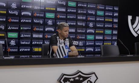 Atacante Erick concede entrevista coletiva em apresentação oficial no Ceará na sala de imprensa da sede do clube, em Porangabuçu