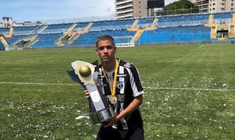 Atacante Lucca Holanda com a taça de campeão Cearense sub-17, pelo Ceará.