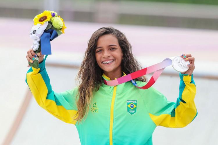 Rayssa Leal, a Fadinha, conquista medalha de prata na categoria skate street nas Olimpíadas de Tóquio (Foto: JEFF PACHOUD / AFP)