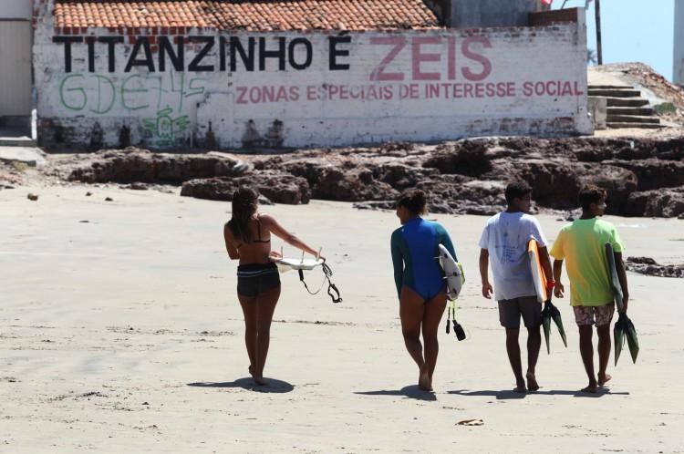 Jovens de pranchas debaixo do braço são parte da paisagem do Titanzinho(Foto: FABIO LIMA)