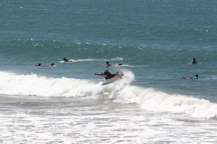 Mar domado por surfistas no Titanzinho(Foto: FABIO LIMA)