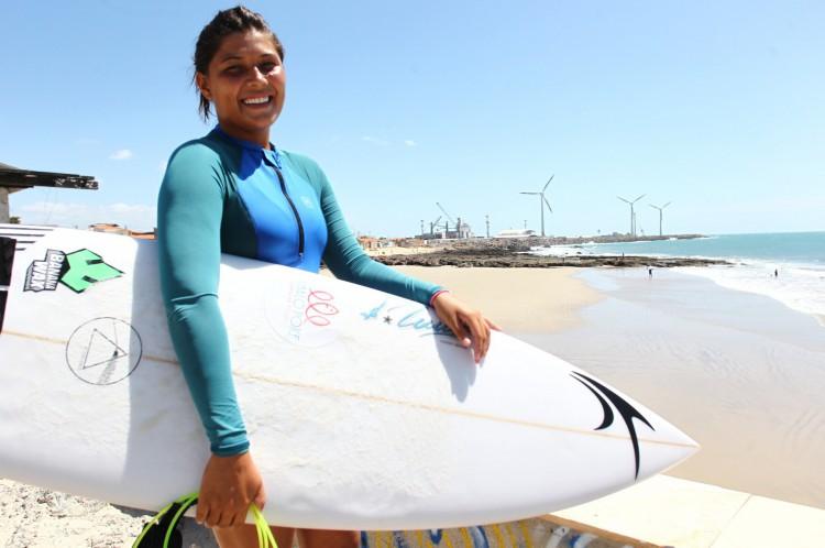 Larissa dos Santos, 22  campeã brasileira de surfe, pratica no Titanzinho(Foto: FABIO LIMA)