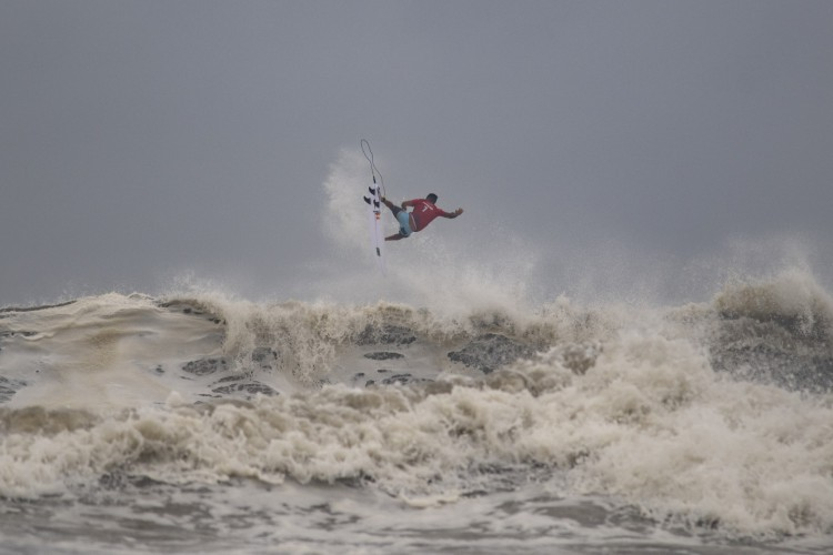 Brasileiro Ítalo Ferreira durante as quartas de final do Surf masculino na Praia de Surf de Tsurigasaki, em Chiba, nos Jogos Olímpicos de Tóquio 2020.  (Foto: Olivier MORIN / AFP)